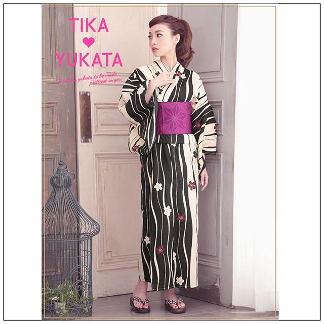 2d5f6019eca24 ランダムな縞模様の浴衣は大人の女性におすすめです。 Tika(ティカ)の浴衣はモダンな縞模様の中にかわいらしい桜が品よくちりばめられています。